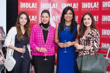 Carol Márquez, tercera de izquierda a derecha, acompaña de fashion bloggers