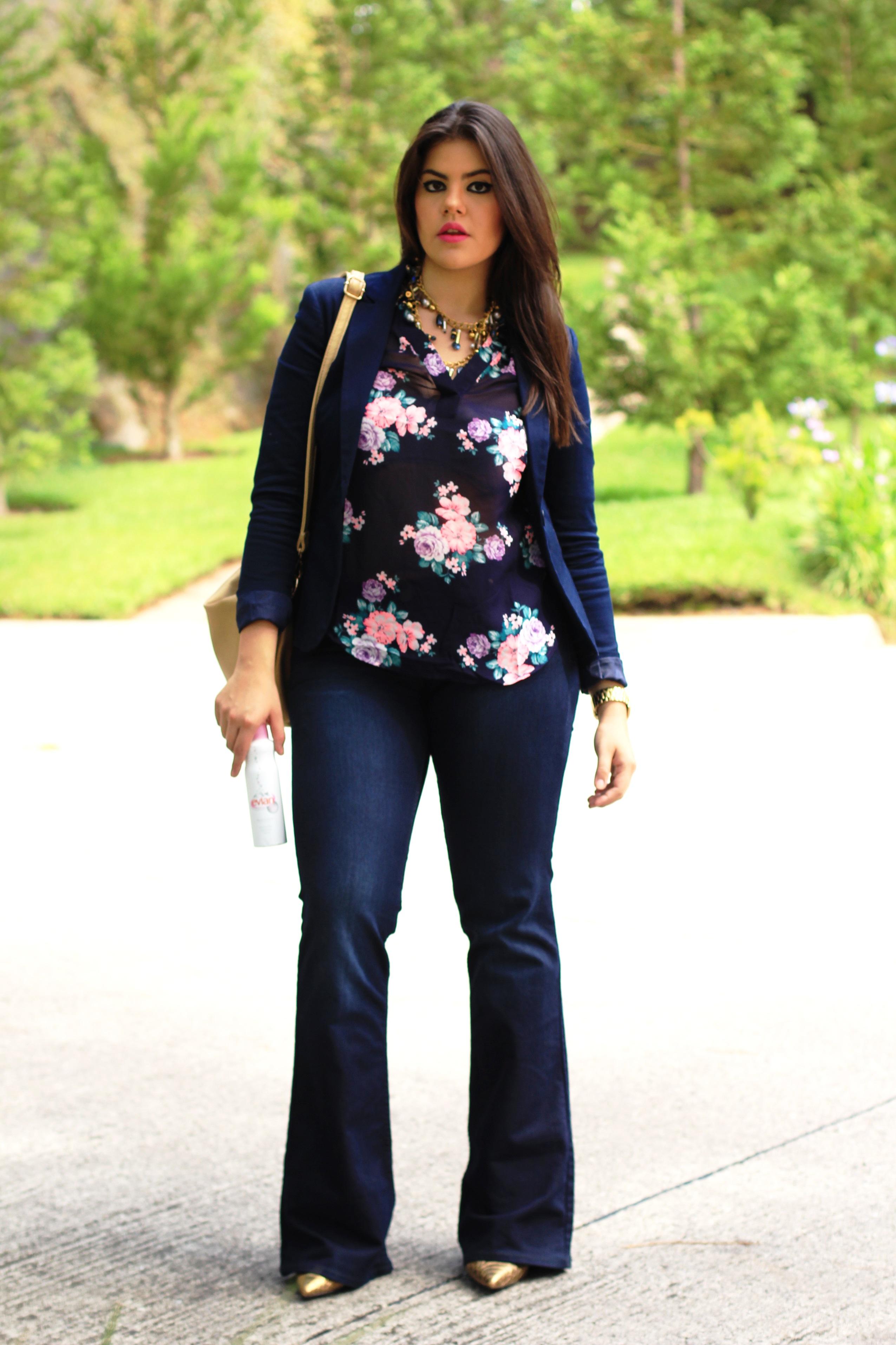La decidí complementar con mis jeans de campana amplia, un blazer azul marino y accesorios en dorado como la bolsa, el collar y los zapatos.